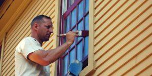 práce okolo domu: natieranie
