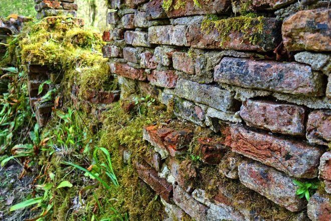 rozpadávajúca sa tehlová stena