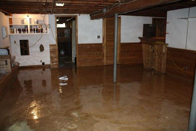 škody v zaplavenej pivnici